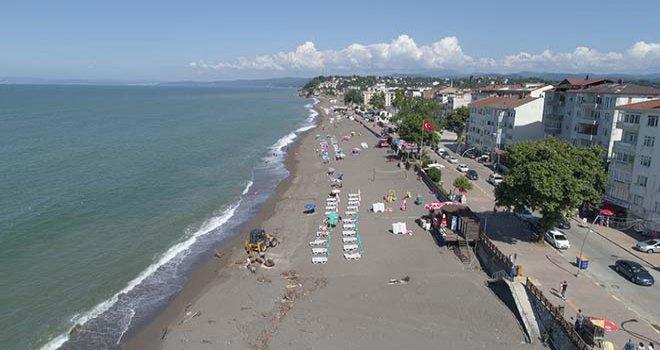 Akçakoca'da selin izlerinin silinmeye çalışıldığı plajlar tatilcilerle dolmaya başladı