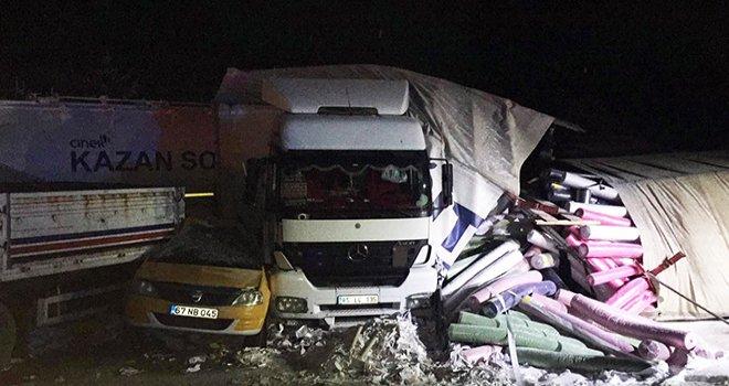 Araçlar birbirine girdi, Bolu-Ankara yolu kapandı