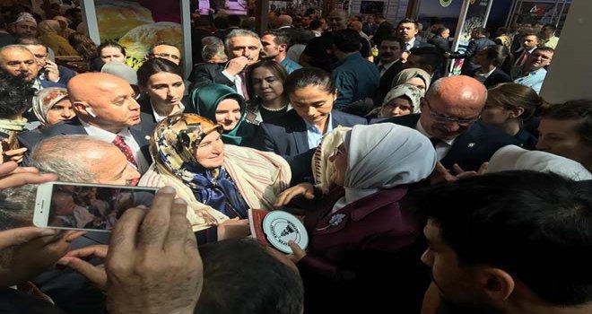 Başkan Çankaya, Emine Erdoğan'a 'Göynük Tokalı Örtmesi' hediye etti