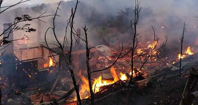 Bolu'da, ahşap ev, ahır ve samanlık yandı