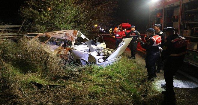 Bolu'da kamyonla çarpışan otomobildeki 3 kişi hayatını kaybetti...