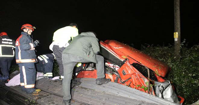 Tır iki otomobile çarptı, şarampole uçtu: 1 ölü
